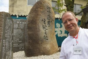 Eugen Bibo la monumentul lui Usui din Taniai, Japonia